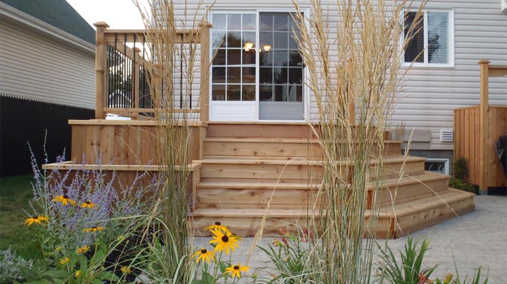 Terrasse en bois et son am nagement plani paysage for Amenagement patio terrasse