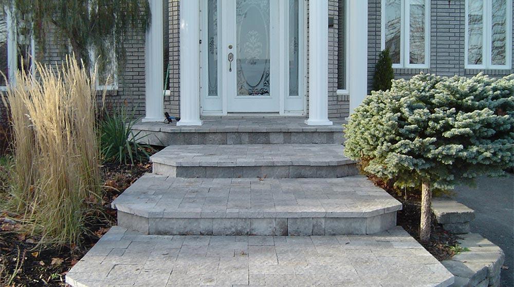 Balcon et sentier recouvert de pav de b ton plani paysage for Pave beton exterieur