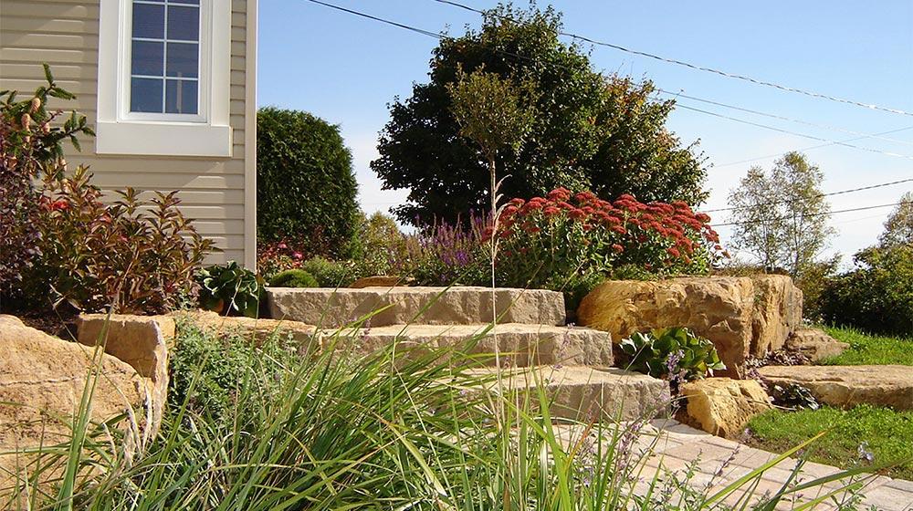 Fa ade avec marches de pierre st gabriel de brandon plani paysage - Idee amenagement paysager facade ...