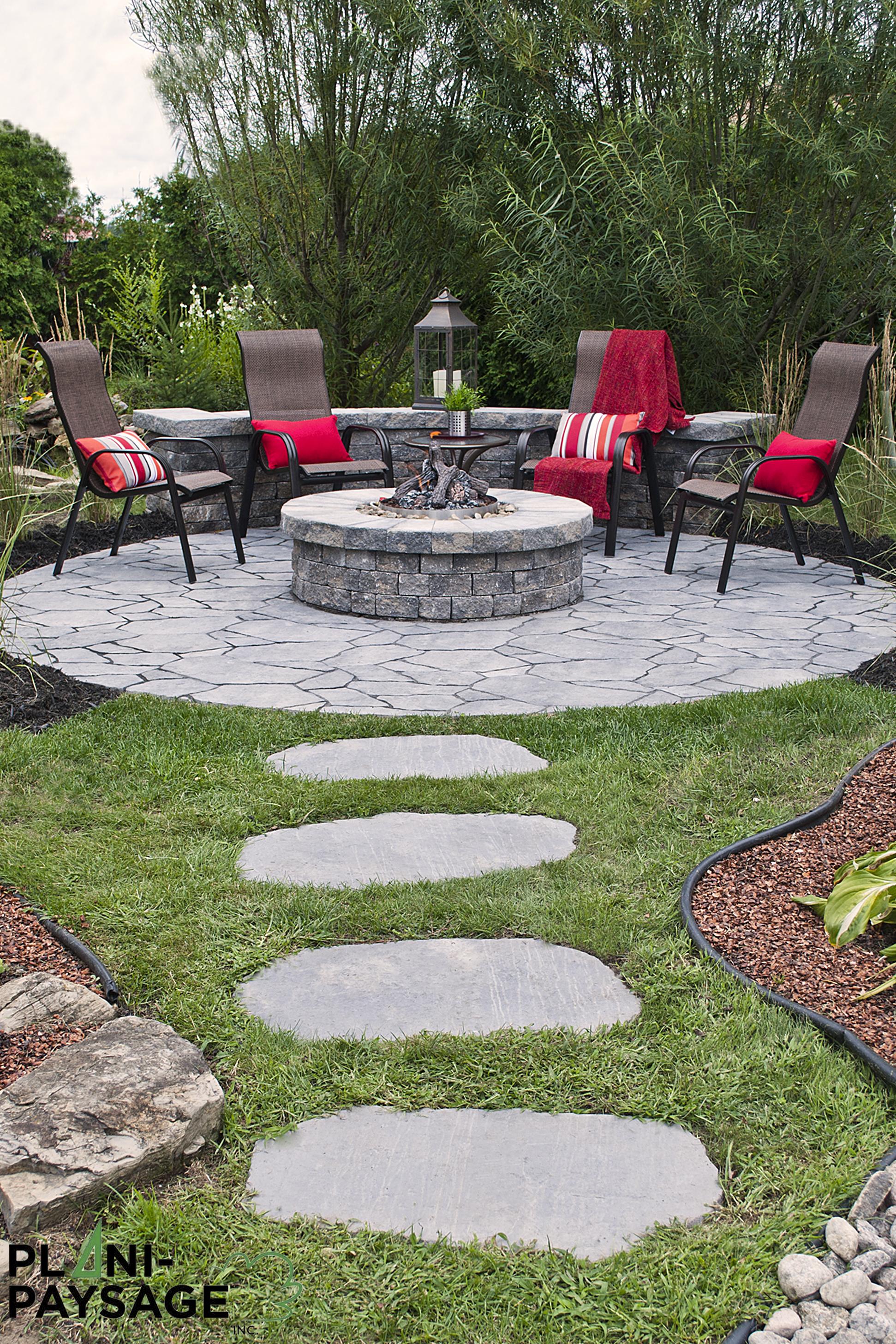 Coin repos avec pit feu rond sur patio for Idee terrassement exterieur