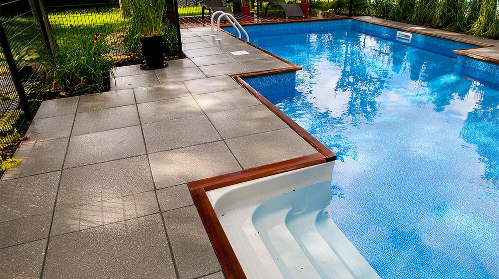 Am nagement contemporain d 39 une piscine creus e plani paysage for Idee piscine