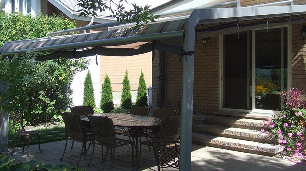 Am nagement d 39 un patio avec auvent plani paysage for Amenagement patio