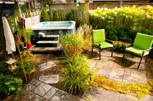 aménagement extérieur avec un spa intégré