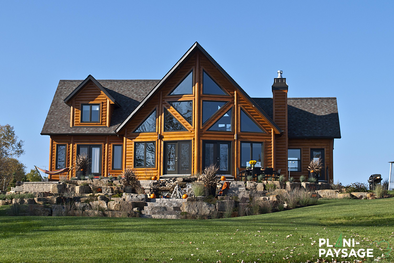 Paysagement ext rieur d 39 une maison de bois rond dans for Exterieur maison bois