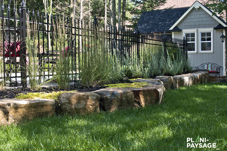 Terrassement avec muret en pierres de rocaille plani paysage for Idee terrassement exterieur