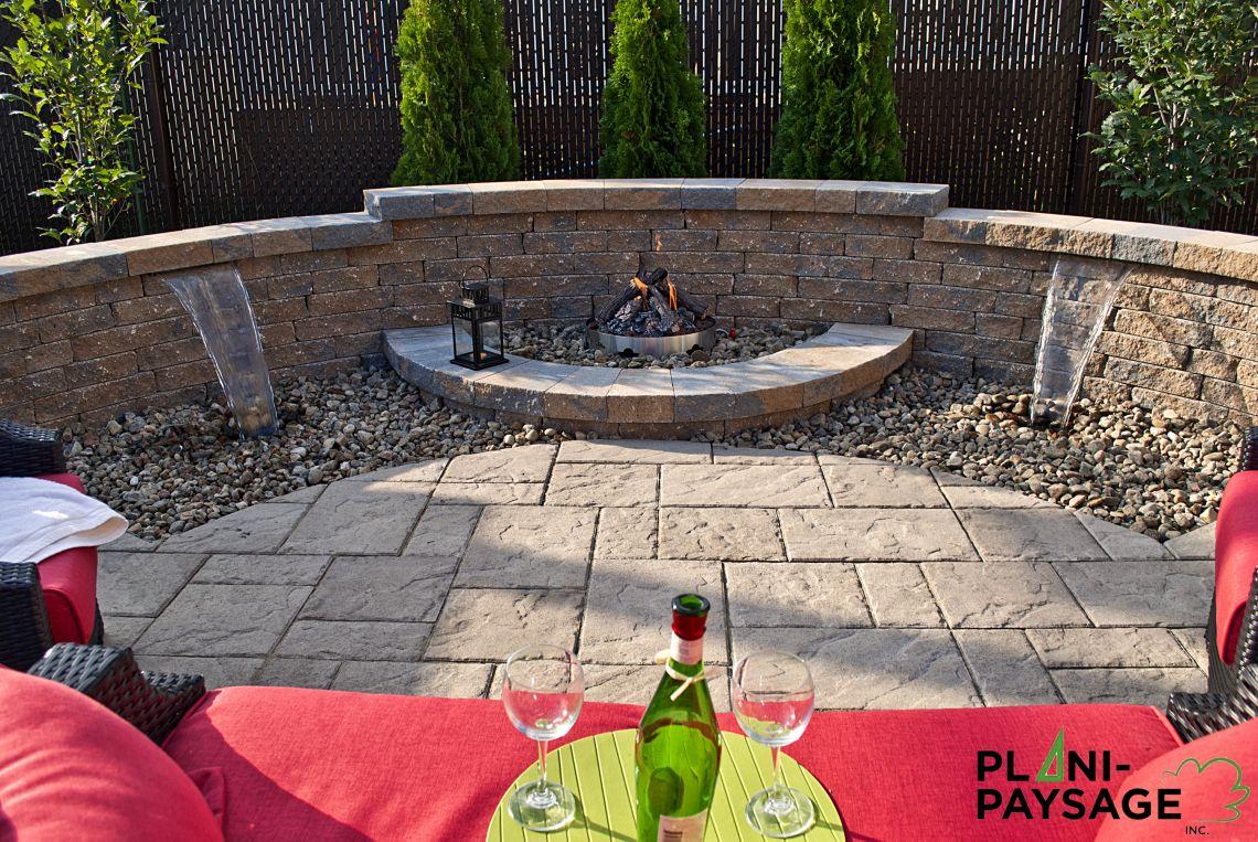Jardin d 39 eau avec foyer ext rieur sur patio de dalle for Patio exterieur