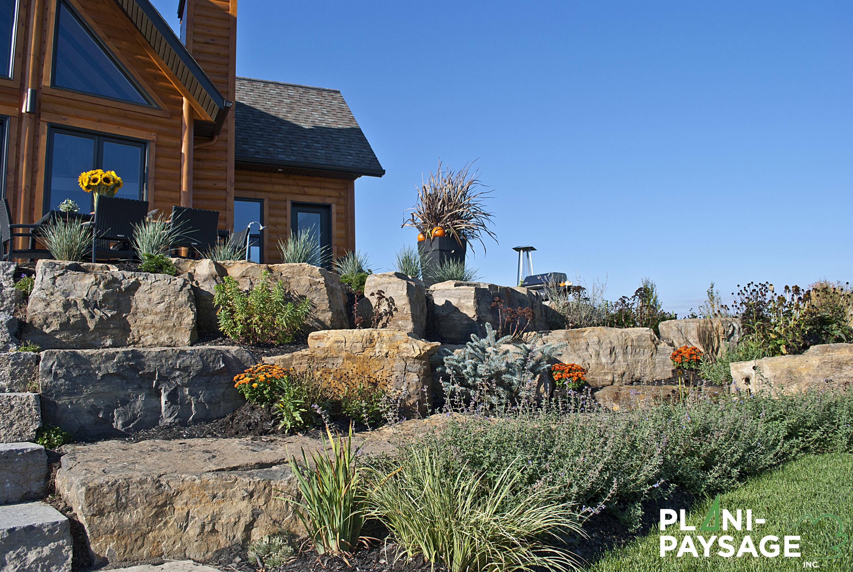 Terrassement avec pierres de rocaille dans lanaudi re for Terrassement maison