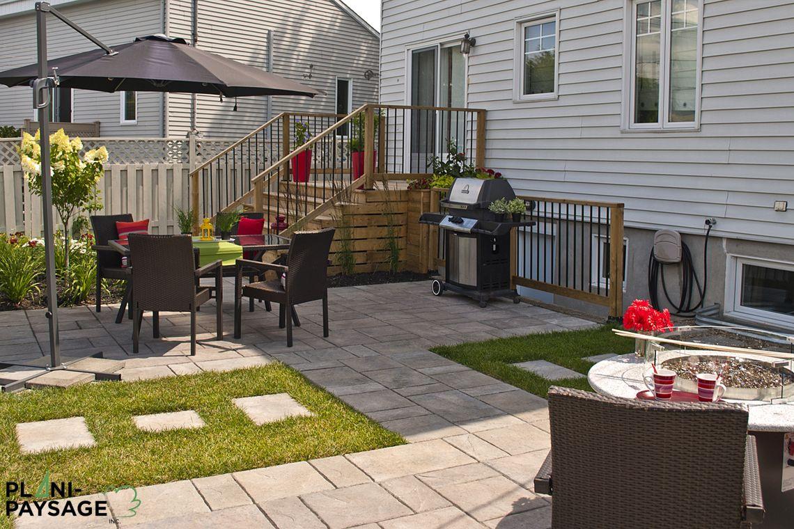 Cour arri re de banlieue avec terrasses et patios for Plan patio exterieur