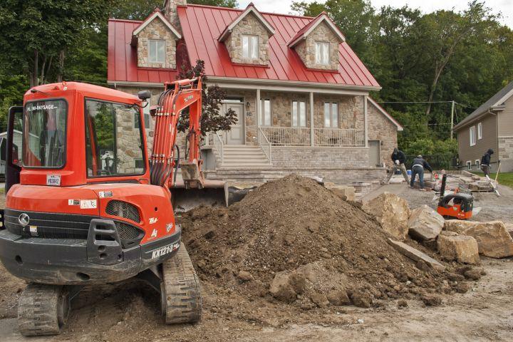 Aménagement d'une façade en pente pendant travaux